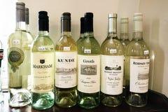 Six bouteilles d'alcool dans une rangée Image stock