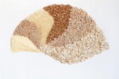 Six céréales sur un fond blanc images stock