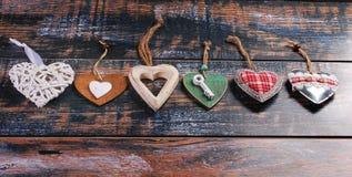 Six coeurs différents sur le fond minable Images stock