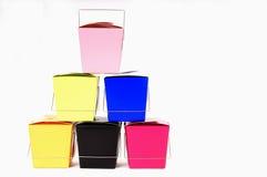 Six conteneurs de nourriture chinois colorés empilés sur l'un l'autre Images stock
