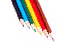 Six crayons colorés sur un fond blanc images stock