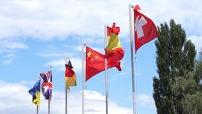 Six drapeaux ondulant sur des mâts de drapeau banque de vidéos