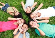 Six enfants jouant en parc Image stock