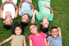 Six enfants jouant en parc Photographie stock libre de droits