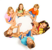 Six enfants tenant des mains Image stock