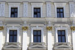 Six fenêtres sur la façade d'une maison de blanc de vintage photo stock