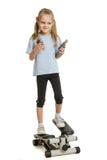 Six filles d'ans sur un simulateur d'étape avec l'extenseur dans les mains de Images stock