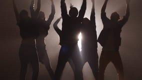 Six frappeurs caucasiens exécutent dans la concurrence de nuit pour la danse de rue banque de vidéos