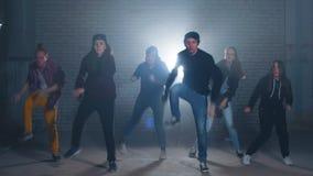 Six frappeurs caucasiens ex?cutent dans la concurrence de nuit pour la danse de rue banque de vidéos