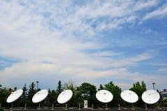 Six grandes antennes paraboliques sur Sunny Day Images libres de droits