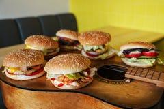 Six hamburgers différents pour la société d'amis de voyageurs de musicien Image libre de droits