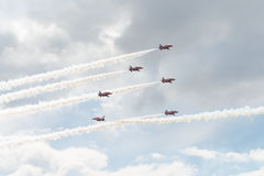 Six jets de T1 de faucon dans la formation avec de la fumée blanche sur le salon de l'aéronautique Images libres de droits