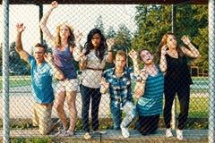 Six jeunes adultes faisant les visages effrayants dehors Photos libres de droits