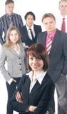 Six jeunes gens d'affaires restent en équipe Image libre de droits