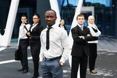 Six jeunes personnes d'affaires sur un fond moderne Photographie stock libre de droits