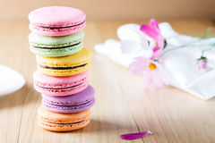 Six macaron français colorés Photo stock