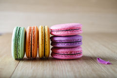 Six macaron français colorés de biscuits Photos libres de droits