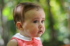 Six mois de bébé ayant l'amusement dehors Image libre de droits