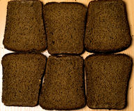 Six morceaux de pain noir Images libres de droits