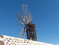Six moulins à vent femelles rectangulaires d'aile sur les îles Canaries Photographie stock