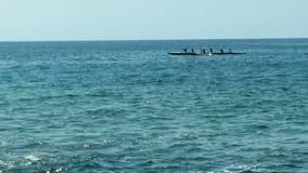 Six océans de Person Hawaiian Canoe Paddling In banque de vidéos