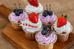 Six petits gâteaux pour le 8 mars Image stock