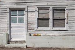 Six pommes sur le sous-sol d'une vieille maison en bois Photo libre de droits