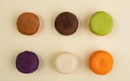 Six saveurs différentes de Macarons sur le fond beige image libre de droits