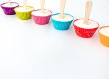 Six sucettes de crème glacée de petit gâteau dans une rangée Photo stock