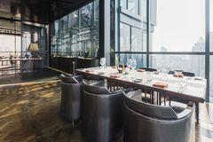 Six tables de dîner de personnes avec des plats, des couteaux, des fourchettes, des verres de vin, des verres et des serviettes s image stock