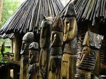Six totems en bois photo stock