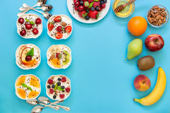 Six yaourts, ingrédients et espace vide Image stock