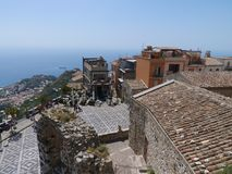 Sizilianische Dachspitzen gestalten genommen vom Castelmola-Dorf landschaftlich Stockfoto