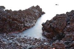 Sizilianische felsige Küste an der Nebensaison Stockbild