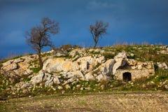 Sizilianische Landschaft und Haus im Felsen lizenzfreies stockfoto