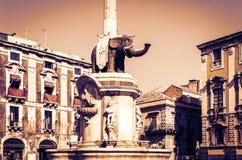 Sizilien-Sonnenuntergang mit berühmtem Markstein auf Hauptplatz Piazza Del Duomo in Catania, Monument das Fontana-enge Tal der Br stockbild