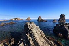 Sizilien: Zyklopische Inseln Faraglioni in Aci Trezza Stockbild