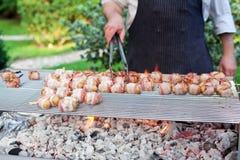 Sizzling av grillfeststicks med meat och grönsaker Royaltyfria Foton