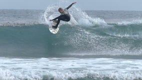 Själland Hunter Surfing en våg i Kalifornien lager videofilmer