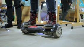 Själv-balansera elektrisk sparkcykel för manlig ridning, moderna teknologier, hobby, gyckel arkivfilmer