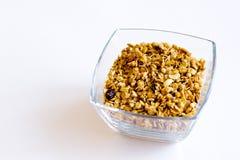 Själv-gjort husgranola i en glass krus begreppet av sund mat, bantar, viktförlust Vit bakgrund selektiny fokus royaltyfri bild