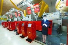 Själv - incheckningkorridor av den Barajas flygplatsen Royaltyfria Foton
