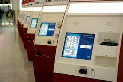 Själv - incheckningmaskiner på den Hong Kong flygplatsen Fotografering för Bildbyråer