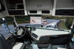 Själv som kör lastbilen på en väg Medel till medelkommunikationen royaltyfria bilder