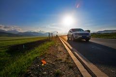 Själv som kör resan på solnedgångtiden arkivfoton