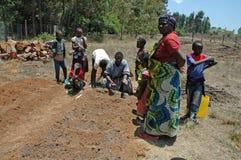 Själv-tåla projekt i den Pomerini byn i Tanzania - Afrika Royaltyfria Bilder