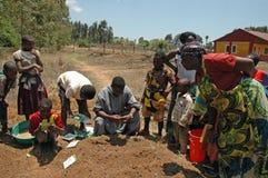 Själv-tåla projekt i den Pomerini byn i Tanzania - Afrika Royaltyfria Foton