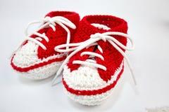 själv-virkat behandla som ett barn skor som göras av bomull arkivfoton