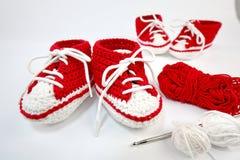 själv-virkat behandla som ett barn skor som göras av bomull arkivbild