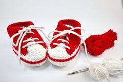 själv-virkat behandla som ett barn skor som göras av bomull royaltyfria foton